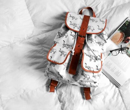 bílý batoh s potiskem