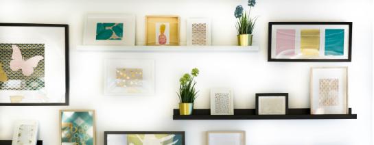 banner k článku o dekorování domácnosti,stěna plná rámečků s obrázky