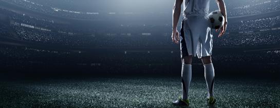 banner k článku o tom, jak nakupovat kopačky, fotbalista s míčem na hřišti