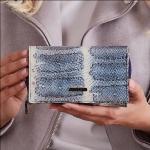 Menší kožená peněženka se vzorem hadí kůže, modrá