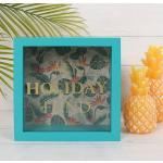 Zelená dřevěná pokladnička s tropickým pozadím a nápisem My Holiday Fund